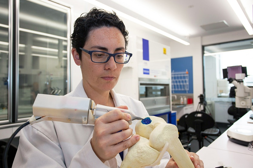 Orthopaedic surgeon Claudia di Bella demonstrates the use of the Biopen.